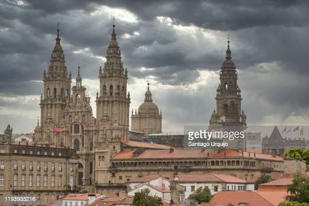 cathedral of santiago de compostela under a dramatic sky - cattedrale di san giacomo a santiago di compostela foto e immagini stock