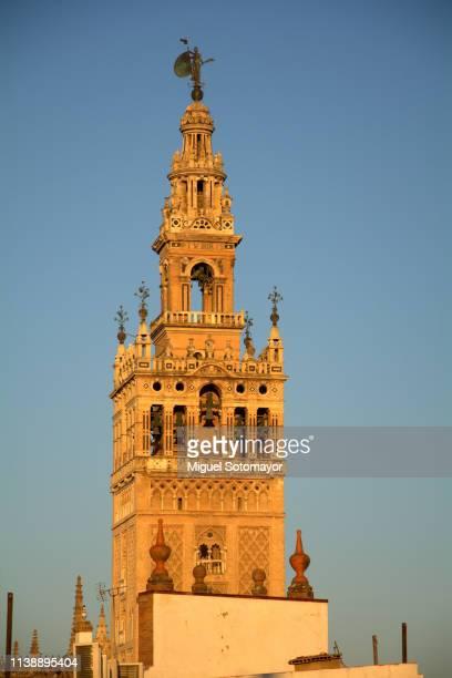 cathedral of sevilla - la giralda fotografías e imágenes de stock