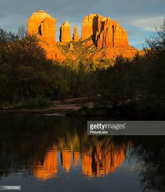 catedral rock oak creek reflexo ao pôr-do-sol, sedona, arizona - oak creek canyon - fotografias e filmes do acervo