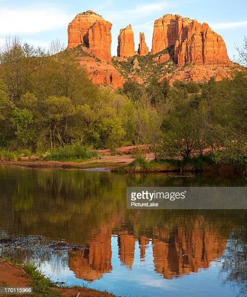catedral rock oak creek reflexo próximo ao pôr-do-sol, sedona, arizona - oak creek canyon - fotografias e filmes do acervo