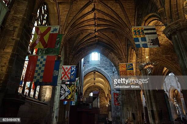 cathedral with flags, saint giles, edinburgh, united kingdom - st. giles cathedral stock pictures, royalty-free photos & images