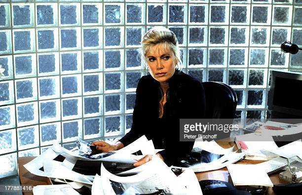 Catherine Alric ZDFSerie Flash Der Fotoreporter Italien Europa Schreibtisch Fotos Schauspielerin SA/SI