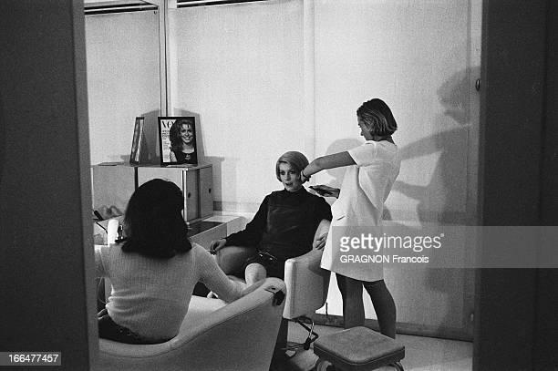 Catherine Deneuve At Carita Catherine DENEUVE se fait couper les cheveux chez CARITA à PARIS l'actrice les cheveux courts une cigarette à la main se...