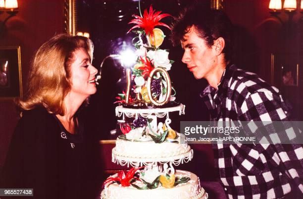 Catherine Deneuve avec son fils Christian autour du gâteau d'anniversaire lors des 40 ans de l'actrice le 28 octobre 1983 à Paris, France.