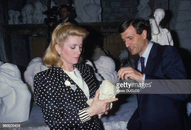 Catherine Deneuve et François Léotard avec le buste de Marianne inspiré par l'actrice le 6 mai 1986 à Paris France