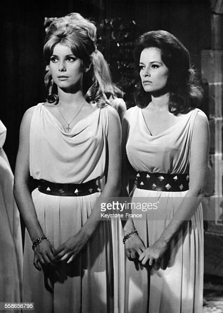 Catherine Deneuve et Luciana Paluzzi dans le film 'Le Vice et la Vertu' de Roger Vadim, a Paris, France, le 28 septembre 1962.