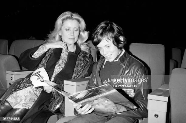 Catherine Deneuve et son fils Christian lors d'une première le 27 novembre 1976 à Paris, France.