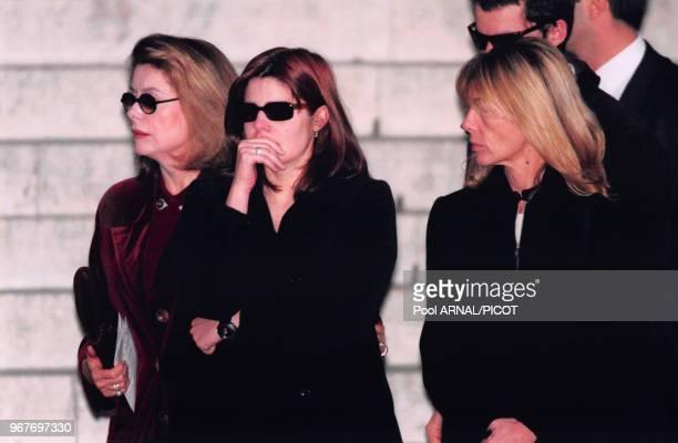 Catherine Deneuve sa fille Chiara et la demisoeur de celleci Barbara Mastroianni assistent aux obsèques de l'acteur italien Marcello Mastroianni à...