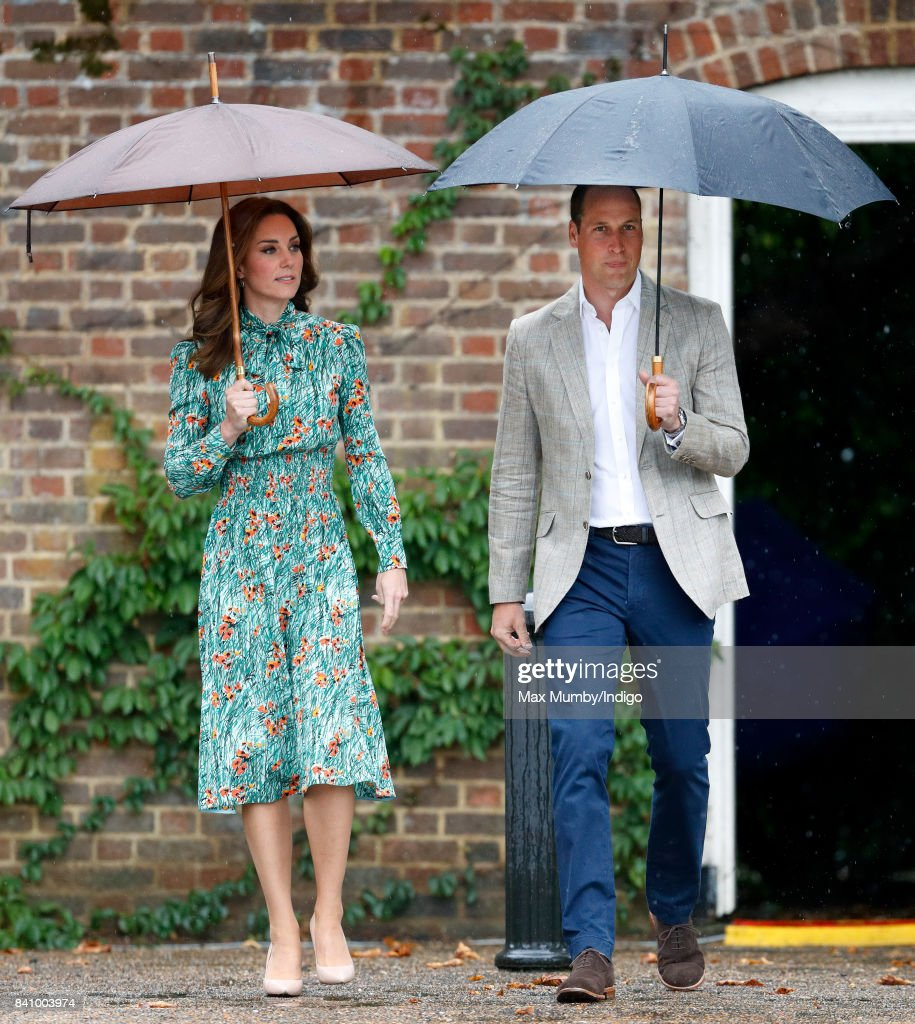 The Duke And Duchess Of Cambridge And Prince Harry Visit The White Garden In Kensington Palace : Foto jornalística