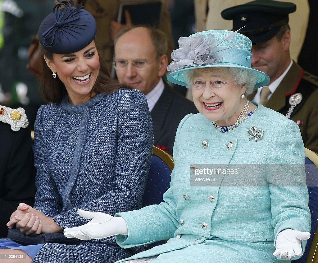 Queen Elizabeth II and The Duke And Duchess Of Cambridge Visit The East Midlands : Fotografía de noticias