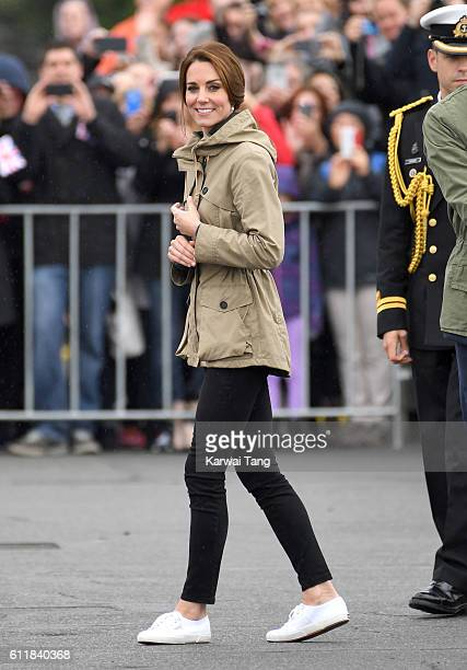 Catherine, Duchess of Cambridge greets wellwishers as she leaves Victoria's Inner Harbour on October 1, 2016 in Victoria, Canada.
