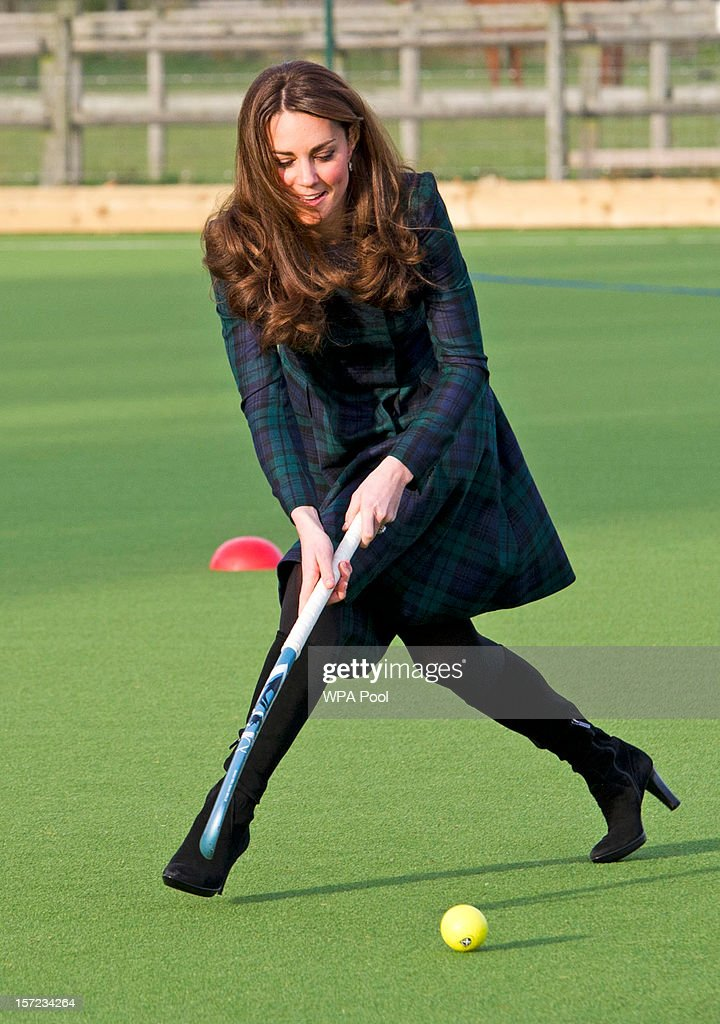 Catherine, Duchess of Cambridge Visits St Andrew's School : ニュース写真
