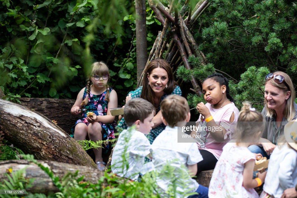 The Duchess of Cambridge Visits Hampton Court Flower Festival : News Photo