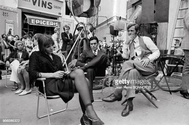 Catherine Rouvel Alain Delon et JeanPaul Belmondo sur le plateau du film 'Borsalino' réalisé par Jacques Deray en septembre 1969 à Paris France