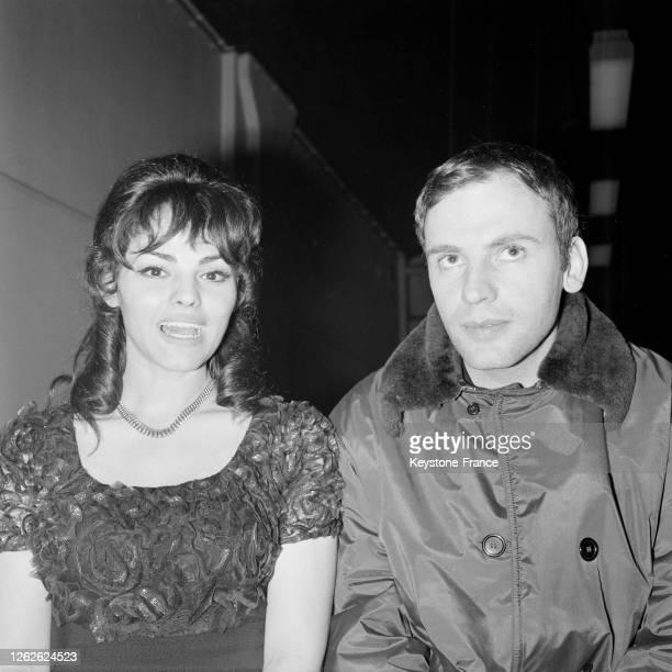 Catherine Rouvel et JeanLouis Trintignant sur le tournage du film 'Les Pas perdus' à la gare SaintLazare à Paris France le 29 février 1964