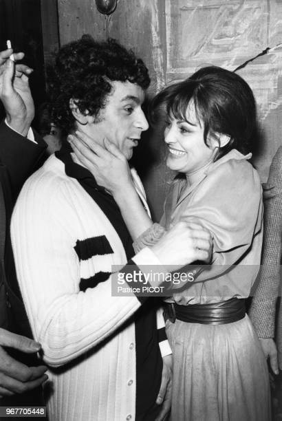 Catherine Rouvel félicite Francis Perrin lors de la 1ère de Tutti Quanti à Paris le 22 avril 1975 France
