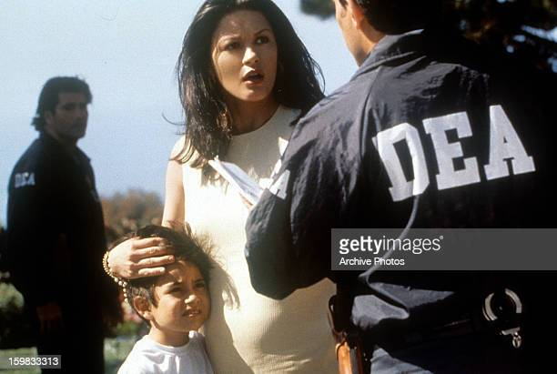 Catherine Zeta Jones talks to a DEA in a scene from the film 'Traffic' 2001