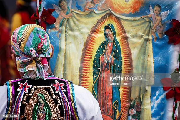 a catholic latino - virgen de guadalupe fotografías e imágenes de stock