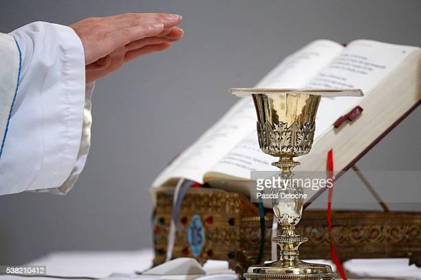catholic mass. eucharist. - religious mass stock pictures, royalty-free photos & images