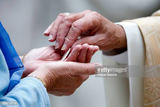 catholic mass. holy communion. - communion stock pictures, royalty-free photos & images