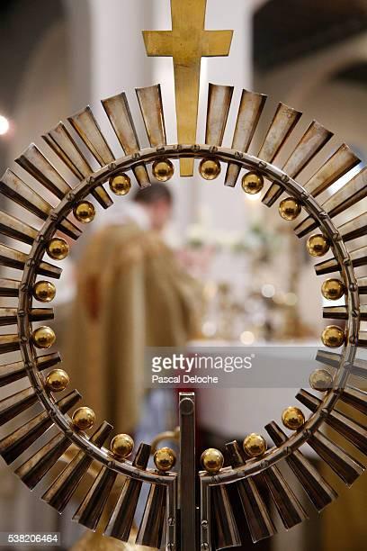 catholic mass. - ostensorio foto e immagini stock