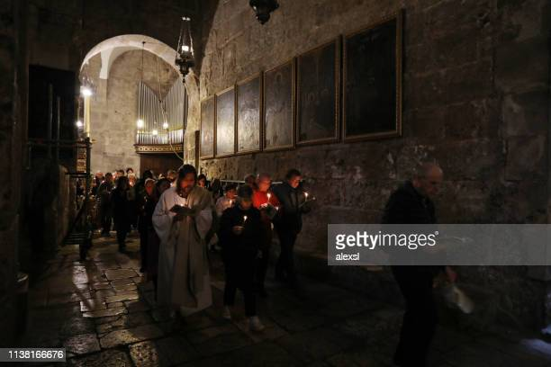 catholic mass procession at the holy sepulchre church jerusalem old city - easter cross stock pictures, royalty-free photos & images