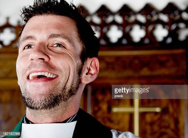 Católicos sacerdote Riendo