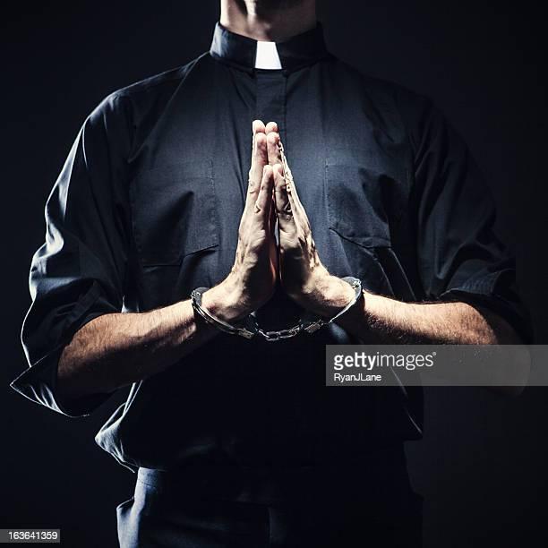 Sacerdotes católicos medida en un pie atado al suelo