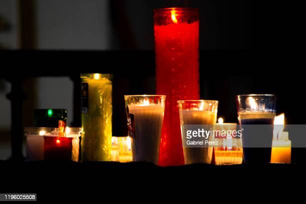 catholic spiritual candles in a oaxaca shrine - gedenkveranstaltung stock-fotos und bilder