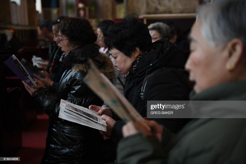 CHINA-RELIGION-CATHOLIC-ASH WEDNESDAY : News Photo