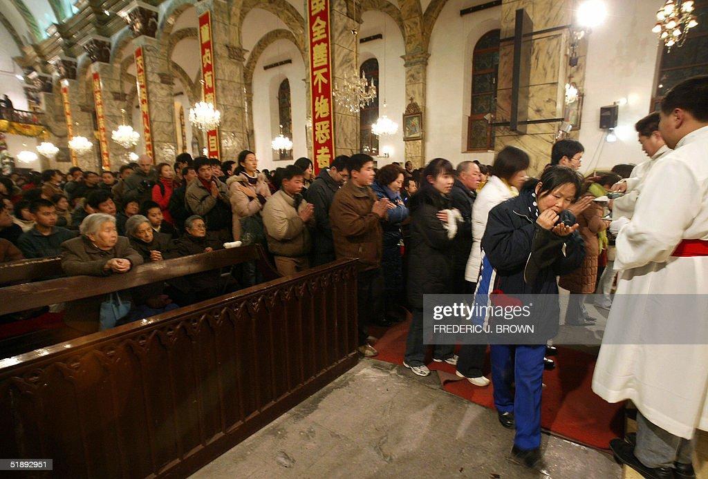 Catholics wait in line for holy communio : News Photo