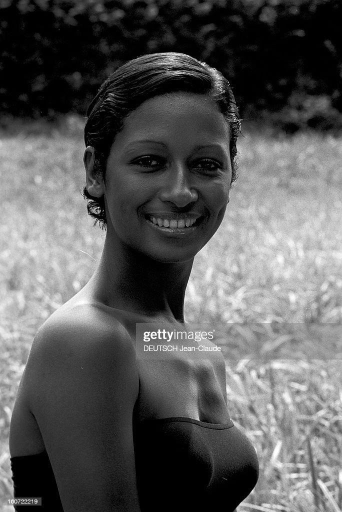 Cathy Rose, Actress. En France, portrait en extérieur de l'actrice Cathy ROSIER, en maillot de bain bustier, dans sa propriété de 'La Cherotte'.