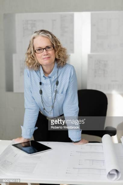 caucasian architect standing at desk - roberto ricciuti foto e immagini stock