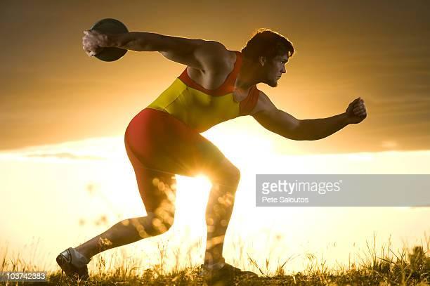 Junge kaukasischen männliche Athleten bereitet, an Diskuswurf