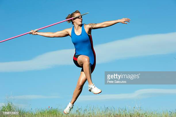 Atleta caucásico tirando jabalina