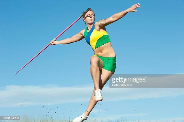 白人選手投げる javelin - やり投げ ストックフォトと画像