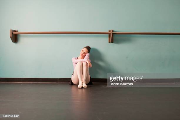 Europäischer Abstammung Ballett-Tänzer sitzt im studio