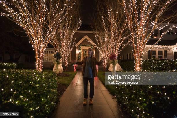 caucasian boy admiring christmas decorations in yard - virginia amerikaanse staat stockfoto's en -beelden