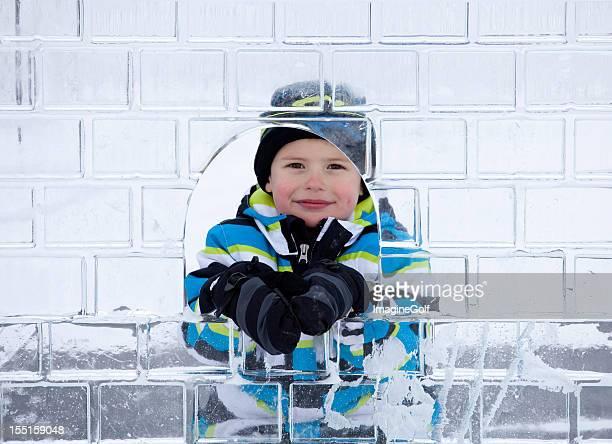 Junge Blick durch Ice Sculpture