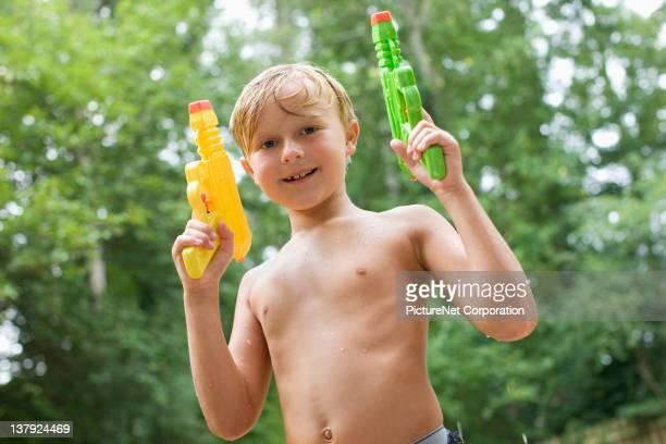 Caucasien garçon jouant avec Pistolet à eau