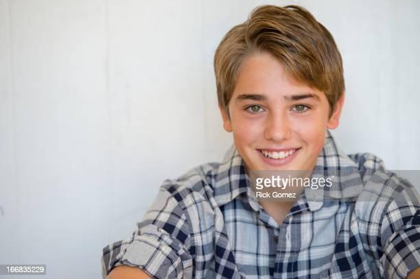 caucasian boy smiling - 12 13 jahre stock-fotos und bilder