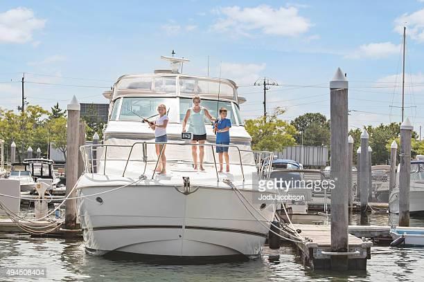 白人兄と妹の釣り、ボートでの母