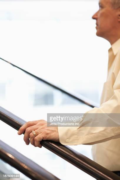 caucasian businessman climbing steps - grade de proteção - fotografias e filmes do acervo