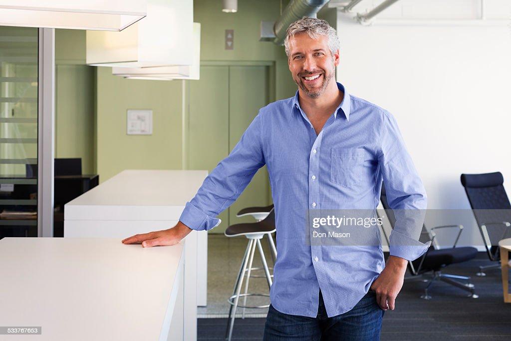 Caucasian businessman smiling in office : Foto stock