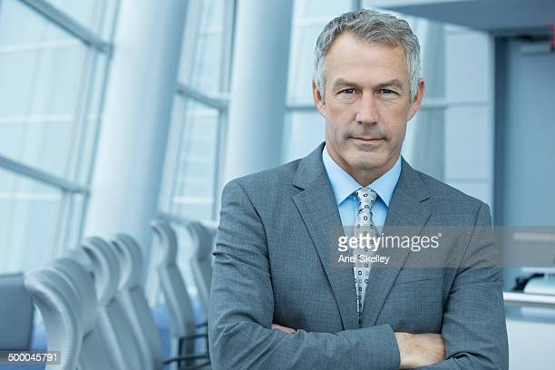 caucasian businessman standing in conference room - diretora executiva de empresa - fotografias e filmes do acervo
