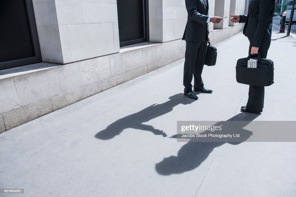 Caucasian businessmen exchanging business cards : Stock-Foto