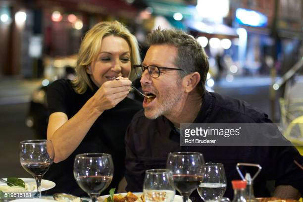 caucasian couple eating at urban cafe, new york city, new york, united states - man eating woman out - fotografias e filmes do acervo
