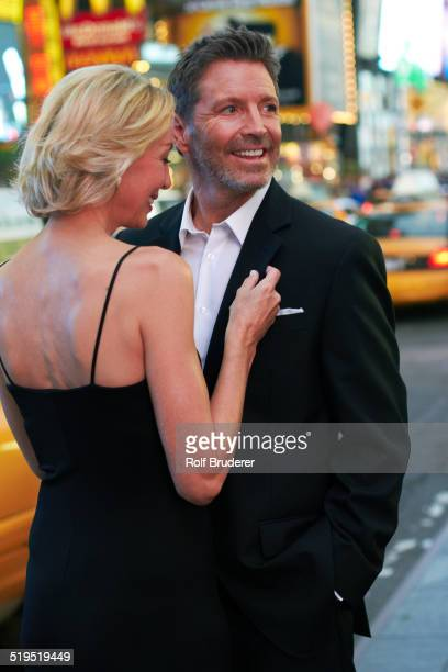 caucasian couple hugging in times square, new york city, new york, united states - revers stock-fotos und bilder