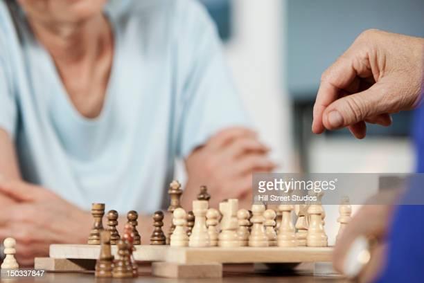 Blanca pareja jugando al ajedrez juntos