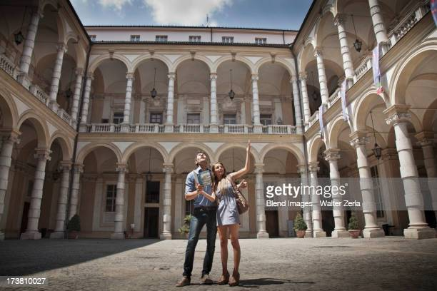 caucasian couple sightseeing in plaza - turim - fotografias e filmes do acervo